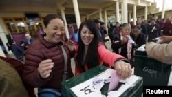 流亡印度的藏人在达兰萨拉投票站为西藏流亡政府的选举投票。(2016年3月20日)