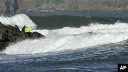虽然美国加州北部发出海啸警报,旧金山附近仍有人在冲浪