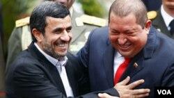 Presiden Iran Mahmoud Ahmadinejad (kiri) disambut oleh Presiden Venezuela Hugo Chavez di Istana Miraflores, Caracas (9/1).