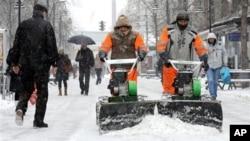Снегот ја прекина наставата, десетина села завеани