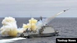 20일 오전 한국 동해상에서 실시된 한국 해군 전투탄 실사격 훈련에서 유도탄고속함인 박동진함(PKG)에서 함대함유도탄 해성을 가상의 적 수상함을 향해 발사하고 있다.
