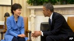 바락 오바마 미국 대통령이 7일 백악관에서 박근혜 한국 대통령과 대화하고 있다.
