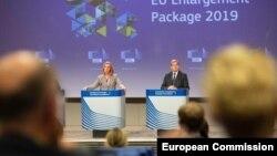 Visoka predstavnica EU Federika Mogerini i evropski komesar za pregovore o proširenju Johanes Han na konferenciji za novinare u Briselu