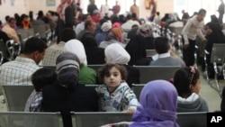 Pengungsi Suriah berkumpul di sebuah kompleks pengungsi di Amman, Yordania, untuk bertemu perwakilan UNHCR. (Foto: Dok)