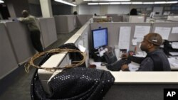 Ruangan-ruangan kantor yang kecil dan terbuka kerap sulit diterima oleh orang yang menempatinya sebagai simbol kenyamanan, karena orang bisa mendengar semua pembicaraan rekan sekerja yang duduk berdekatan.