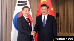 中國國家主席習近平(右)與南韓總統文在寅(左)早前見面資料照。