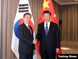 문재인(왼쪽) 한국 대통령과 시진핑 중국 국가주석이 6일 베를린 인터콘티넨탈호텔에서 만나 악수하고 있다.
