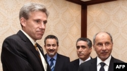 Ðại sứ Hoa Kỳ J. Christopher Stevens (trái) bắt tay Chủ tịch Hội đồng Quốc gia Chuyển tiếp của phe nổi dậy Libya (NTC) Mustafa Abdel Jalil (phải) trong một cuộc họp ở Tripoli, ngày 7/6/2012