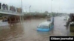 Táxi parado no meio de uma estrada de Luanda inundada devido às chuvas (Foto de Arquivo)