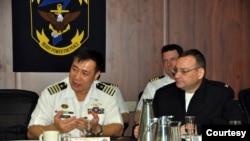时任菲律宾海军上校的巴科多Giovanni Bacordo(左)2014年3月19日访问美国一艘军舰(菲律宾海军照片)