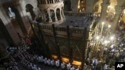 天主教教士周日在耶路撒冷旧城一个教堂里举行宗教仪式
