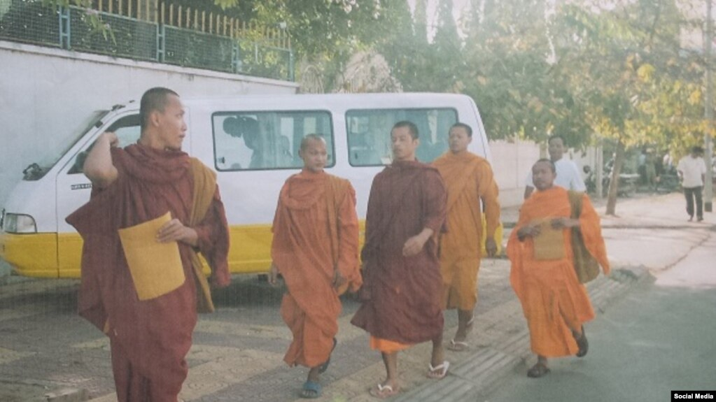 Nhà sư Thạch Xuân Hiền (bên trái) khi vừa từ Việt Nam sang Campuchia tháng 12, năm 2007. (Ảnh: Mạch Sống)
