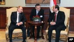 Rossiya Prezidenti Vladimir Putin (chapda) Misr rahbari Abdul Fattoh al-Sissiy bilan, Qohira, Misr, 9-fevral, 2015-yil.