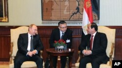 Egyptian President Abdel-Fattah el-Sissi, right, talks to Russian President Vladimir Putin during their meeting in Cairo, Egypt, Feb. 09, 2015.