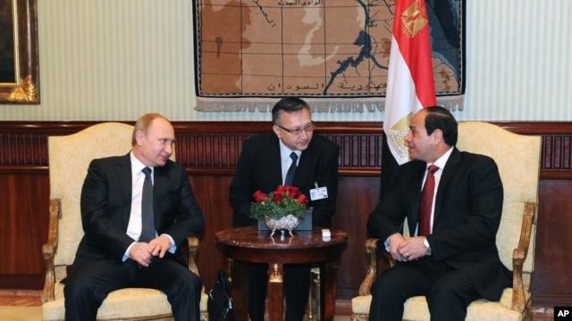 Egyptian President Abdel-Fattah el-Sissi, right, talks to Russian President Vladimir Putin during their meeting in Cairo, Egypt, Feb. 09, 2015.