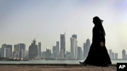 Một phụ nữ Qatar đi bộ ở Doha, Qatar, ngày 14 tháng 5 năm 2016.