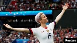 Megan Rapinoe merayakan gol pertama timnas sepak bola putri AS dalam laga perempat final antara AS dan Perancis di Parc des Princes, Paris, Perancis, 28 Juni 2019. (Foto: Reuters)