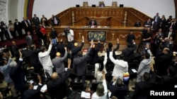 Deputies of the Venezuelan National Assembly vote during a session in Caracas, Jan. 5, 2016.