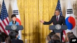 바락 오바마 미국 대통령(오른쪽)이 16일 워싱턴 백악관에서 박근혜 한국 대통령과 회담한 후 함께 공동 기자회견에 참석했다.