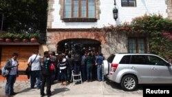 Un enjambre de periodistas se agolpó a la puerta de la casa de Gabiel García Márquez para confirmar la noticia.