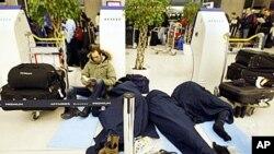 圣诞前夕在巴黎的戴高乐机场等待班机的乘客