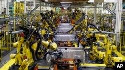 آرشیو - رباتها در حال جوشکاری قطعات ماشین در کارخانه مونتاژ فورد، دیربورن، میشیگان - ۲۷ سپتامبر ۲۰۱۸