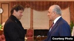 زلمے خلیل زاد کے ساتھ ہونے والی ملاقات میں وزیراعظم عمران خان نے افغان امن عمل کی راہ میں درپیش مشکلات کو دور کرنے کی ضرورت پر زور دیا۔ (فائل فوٹو)