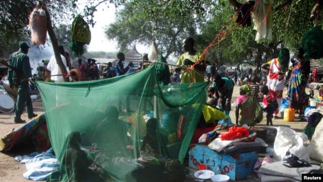Displaced people gather inside a mosquito net tent as they flee from fighting between the South Sudanese army and rebels in Bor town, 180 km (112 miles) northwest from capital Juba December 30, 2013. South Sudanese rebels loyal to former Vice President Ri