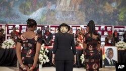 美國國務卿希拉里-克林頓(中)在加納總統約翰‧米爾遜的葬禮上致意