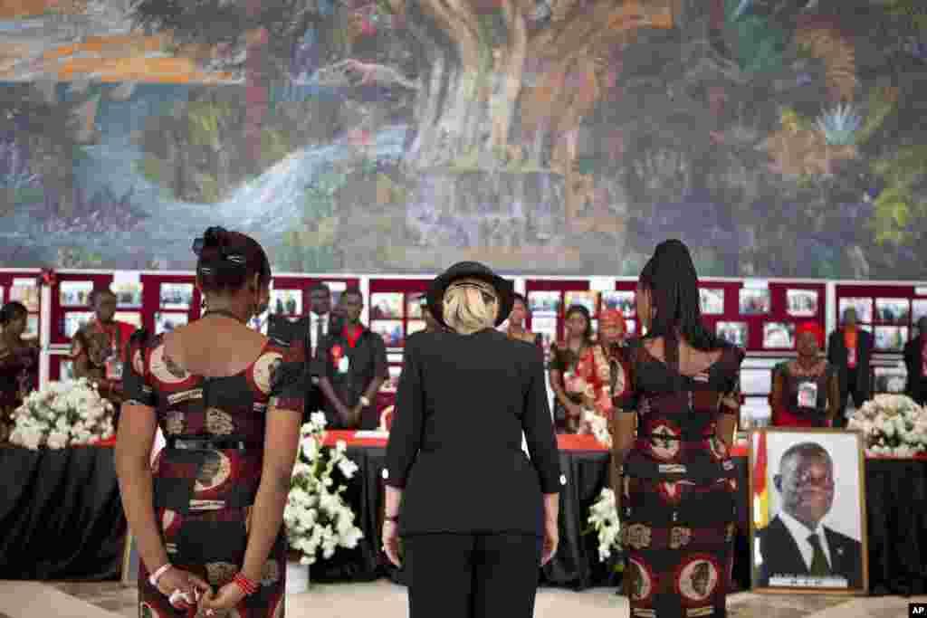 وزیر امور خارجه آمریکا در حال ادای احترام به رییس جمهوری پیشین غنا، جان آتا میلز، در مراسم ترحیم وی در غنا، ۱۰ اوت ۲۰۱۲