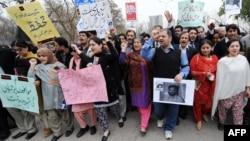 پاکستان میں صحافیوں پر حملوں کی تاریخ بہت پرانی ہے۔ انہیں عشروں سے الزامات۔ تشدد اور بعض صورتوں میں انہیں ہلاک بھی کیا جاتا رہا ہے۔