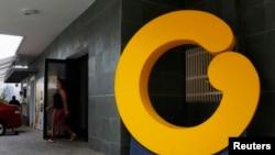 Desde antes de las elecciones de abril, los directivos de Globovisión habían anunciado la venta del canal debido a la crisis financiera generada por las presiones oficiales.