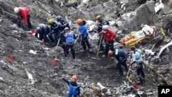 2015年3月26日救援人员在德国之翼飞机坠毁现场寻找检查飞机残骸