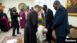 Le pape Francis s'est agenouillé pour embrasser les pieds du président du Soudan du Sud, Salva Kiir, à l'issue d'une retraite spirituelle de deux jours avec les dirigeants du Soudan du Sud au Vatican, le 11 avril 2019.