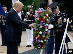 川普總統在無名戰士墓敬獻花圈。 (2018年5月28日)