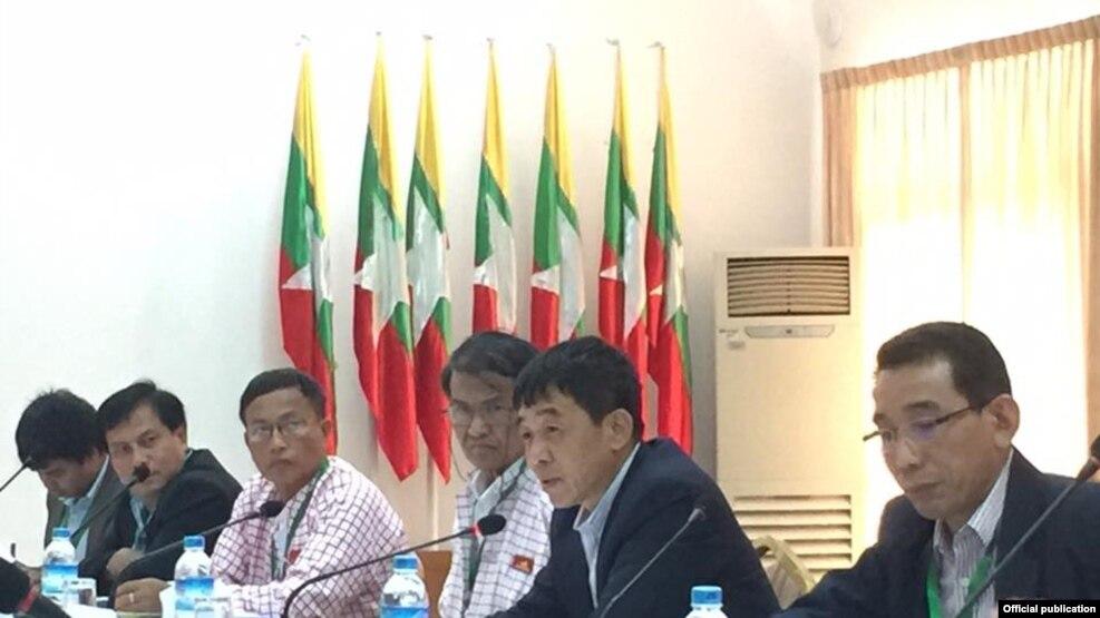 ၂၀၁၆ ၾသဂုတ္ ( ၂၀ )ရန္ကုန္ NRPC ခန္းမ ( ၂ ) မွာ ျပည္ေထာင္စုၿငိမ္းးခ်မ္းေရး ညီလာခံ - (၂၁) ရာစုပင္လံု အႀကိဳျပင္ဆင္ေရး ဆပ္ေကာ္မတီ (၂) နဲ႔ UNFC ရဲ႕ DPN ကိုယ္စားလွယ္အဖဲြ႕တို႔ ေတြ႕ဆံုေဆြးေႏြးပြဲ (ဓါတ္ပံု- U Hla Maung Shwe's facebook)