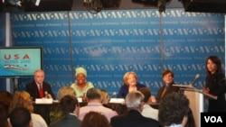 Jim Malone, Emira Woods, Susan Tolchin, Allan Lichtman y la moderadora del evento, Patsy Widakuswara del servicio Indonesio de la Voz de América.