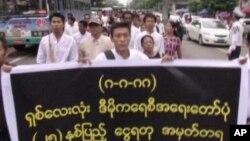 缅甸活动人士走上仰光街头纪念1988年民主运动25周年。