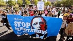 Bất mãn với chính sách nhập cư của Tổng thống Barack Obama, khoảng 250 người tuần hành đến văn phòng Thực thi di trú và Hải quan Hoa Kỳ nhằm ngăn chặn việc trục xuất trong tương lai ở Phoenix, Arizona, ngày 14 tháng 10 năm 2013.