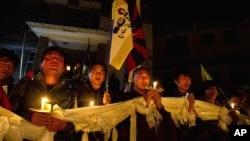 流亡藏人在達蘭薩拉舉行燭光守夜,以示與自焚藏人同心一致
