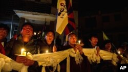 流亡藏人在达兰萨拉举行烛光守夜,以示与自焚藏人同心一致