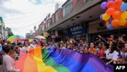 Anggota komunitas Lesbian, Gay, Biseksual, dan Transgender (LGBT) Nepal memegang bendera pelangi saat mengikuti Parade Pride di Kathmandu, 16 Agustus 2019. (Foto: dok)