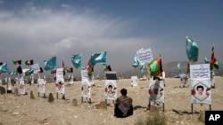 រូបថតជនរងគ្រោះ ដែលជាយុវជនហើយដែលបានស្លាប់ដោយសារតែជម្លោះ ត្រូវបានដាក់តាំងនៅក្បែរផ្នូររបស់ពួកគេនៅជាយក្រុង Kabul ប្រទេសអាហ្វហ្គានីស្ថាន ថ្ងៃច័ន្ទ ទី១៤ ខែកញ្ញា ឆ្នាំ២០២០ ខណៈក្រុមគ្រួសារនិងសាច់ញាតិទាមទារឲ្យមានការចរចាសន្តិភាពដែលកំពុងប្រារព្ធធ្វើឡើងនៅរដ្ឋធានីដូហានៃប្រទេសកាតា។