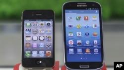 Ponsel pintar produk Apple, iPhone 4s (kiri) dan ponsel pintar Samsung, Galaxy S III (foto: dok). Pengadilan Jepang memutuskan bahwa Samsung tidak mencuri teknologi yang digunakan iPhone dan iPad buatan Apple (31/8).