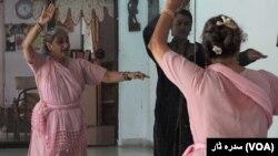 شیما کرمانی کے بقول لڑکوں کا رقص سیکھنا معیوب سمجھا جاتا ہے۔