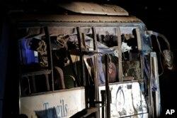 Chiếc xe buýt chở du khách Việt Nam hư hại vì bom nổ.