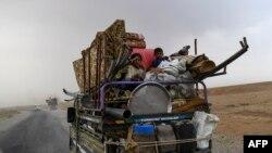 Warga Suriah dari Deir Ezzor menuju kamp pengungsi di pinggiran Raqa pada tanggal 24 September 2017 saat Pasukan Demokratik Suriah yang didukung pasukan khusus AS bertempur untuk menyingkirkan kelompok jihadis Islamic State yang masih tersisa.