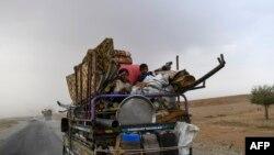 Ljudi beže iz grada Deir al Zor u toku borbi sirijske vojske sa Islamskom državom