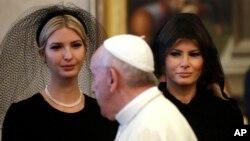 """Ivanka Trump (kiri) dan Melania Trump ketika bertemu Paus Fransiskus di Vatikan, Rabu (24/5). Melania Trump (kanan) mengenakan kerudung hitam atau """"mantila"""", aturan bagi perempuan untuk bertemu Paus yang disyaratkan oleh Vatikan."""