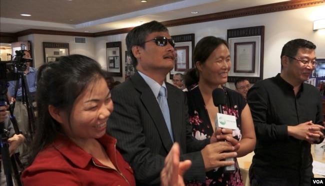 盲人维权律师陈光诚等人和李和平律师问好(美国之音萧雨拍摄)